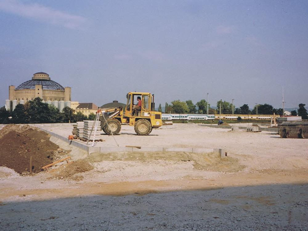 Erdarbeiten im Bauvorhaben Parkplatz Rudolf-Bergander-Ring in Dresden während der Bauphase 1994