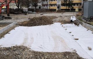Ausbringen von Vlies und Schuttgüttern auf dem Parkplatz Schönaer Straße in Dresden