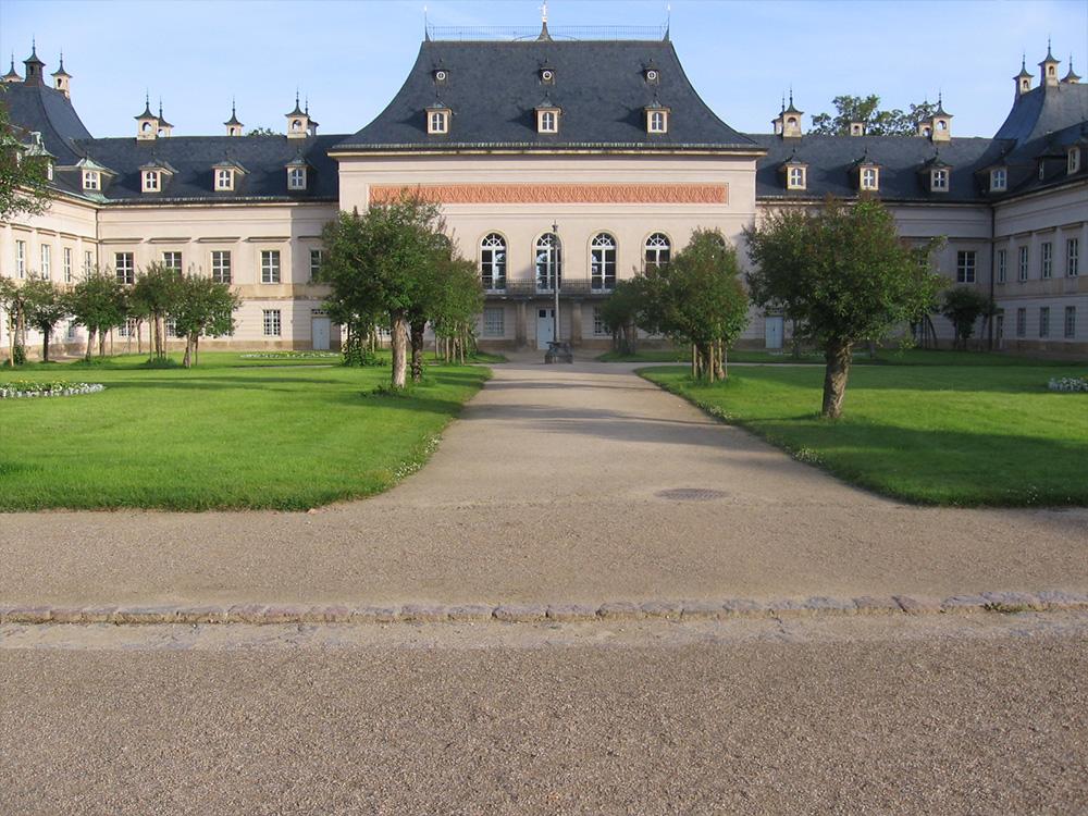Ansicht des sogenannten Fliederhofes mit sanierten Wegen im Schlosspark Pillnitz in Dresden 2005