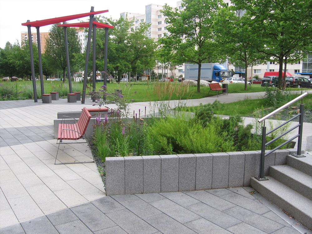 Ansicht Sitzbereiche, gepflasterte Wege, Beetflächen und Pergola, Bauvorhaben Trattendorfer Straße in Dresden 2006