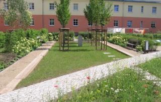 Gestalteter Innenhof mit Senkgarten und Beetflächen, Bauvorhaben Schuchstraße in Dresden 2006