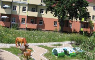 Gestalteter Innenhof mit Spielelementen, Erschließungswegen und Rasenflächen, Bauvorhaben Schuchstraße in Dresden 2006