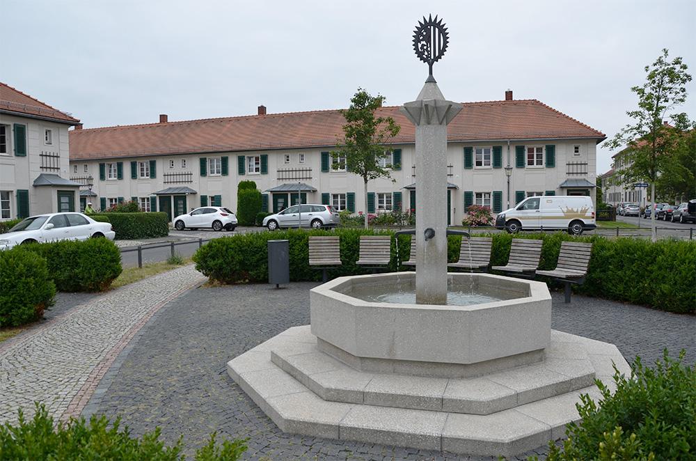 Heutiges Bild des Dresdner Brunnenplatzes mit Wappenbrunnen, Ausführung 2014