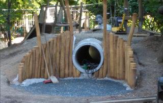 """Spielhügel mit Kriechröhre im Dresdner Kindergarten """"Kinderhaus Huckepack"""", während der Ausführung 2016"""