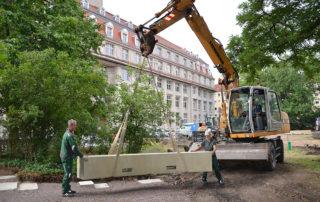 Transport von Beton-Sitzelementen auf dem Sternplatz in Dresden während der Bauphase 2019