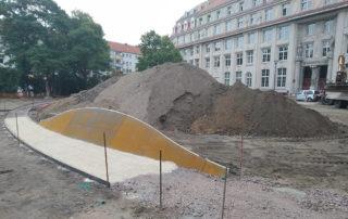Montage von Stahlwangen zum Abfangen der Erdmassen auf dem Sternplatz in Dresden während der Bauphase 2019