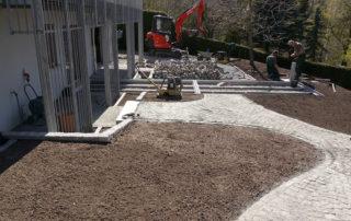 Wegebau aus Natursteinpflaster und Terrassenbau während der Bauphase