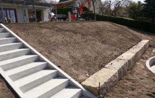 Hanggestaltung und Treppenanlage während der Bauphase