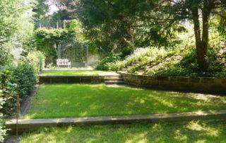 Terrassenflächen des unteren Gartenbereiches eines Privatgartens